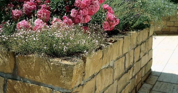 Schröer Garten- und Landschaftsbau zeigt Hochbeete aus Naturstein.