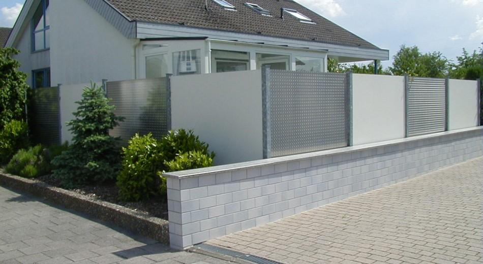 Schröer Garten- und Landschaftsbau zeigt Sichtschutz aus Stein.