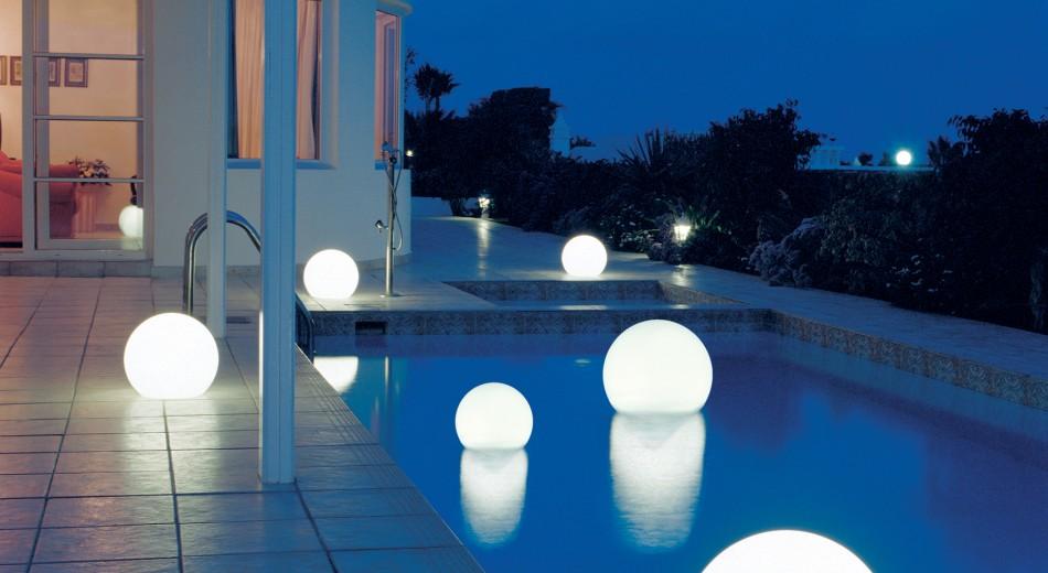 Schröer Garten- und Landschaftsbau zeigt einen mit Moonlight belichteten Pool