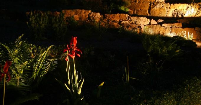 Schröer Garten- und Landschaftsbau zeigt eine beleuchtete Mauer