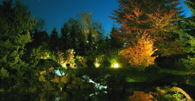 Schröer Garten- und Landschaftsbau zeigtn einen beleuchteten Garten