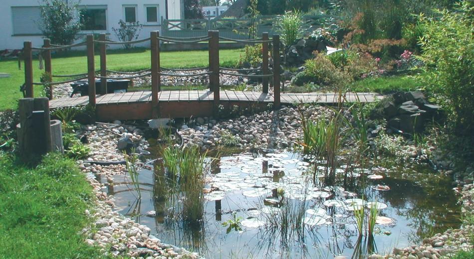 Schröer Garten- und Landschaftsbau zeigt Holzbrücken am Teich.