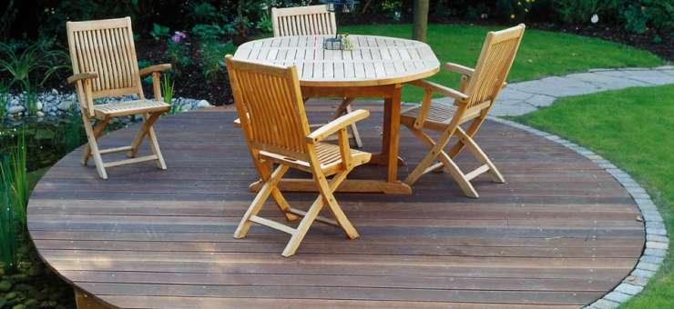 Schröer Garten- und Landschaftsbau zeigt Holzsitzplätze im Garten.