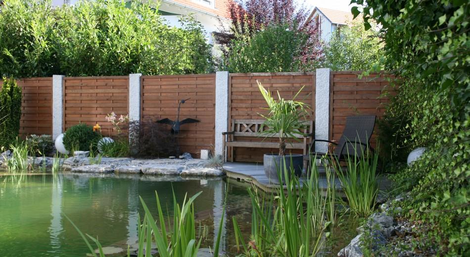 Schröer Garten- und Landschaftsbau zeigt einen Holzsichtschutz.