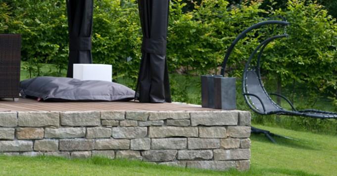 Sitz- und Entspannungsinsel aus Stein im Garten.
