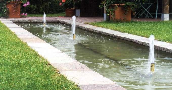 Garten mit Wasserbecken und kleinen Fontainen