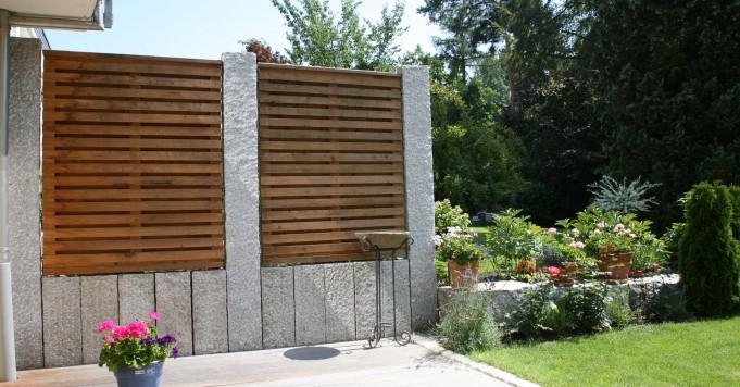 Schröer Garten- und Landschaftsbau zeigt einen Sichtschutz mit Holz und Granitstein