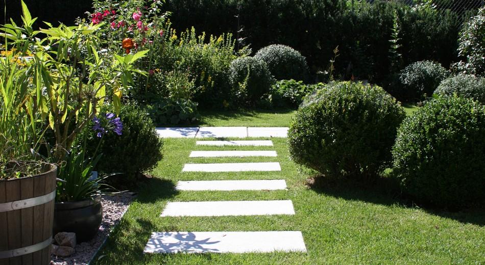 Schrittplatten im Rasen.