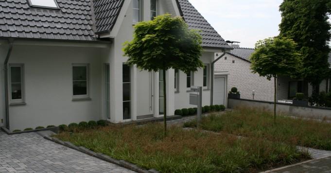 Vorgarten mit Betonpflaster.