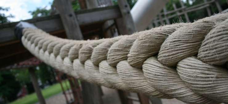 Schröer Garten- und Landschaftsbau zeigt ein Seil das zu einem Kinderspielplatz gehört