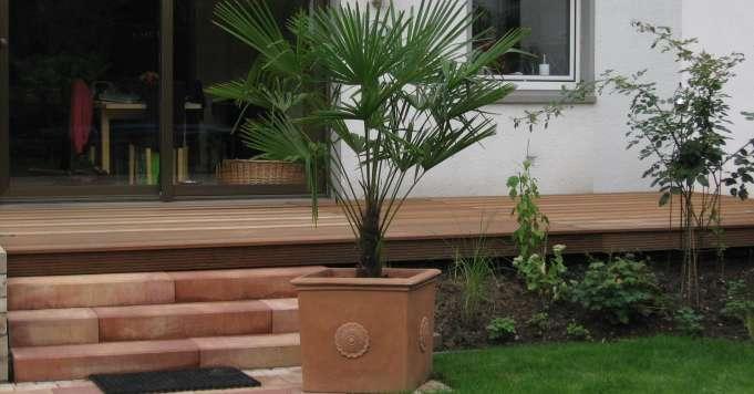 Holzterrasse mit Betonstufen.