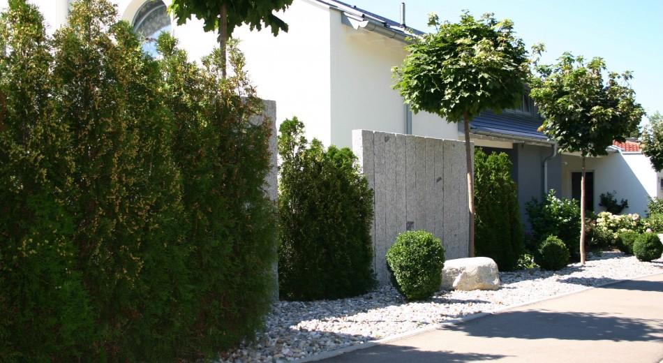 Natursteinstehlen als Sichtschutz.